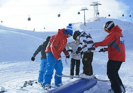 """A child learns the basics of freestyle skiing in the Kids Ski Lessons """"NTC Freestyle Camp"""" (9-16 years) with two experienced instructors from the school NTC Skischule Oberstdorf."""