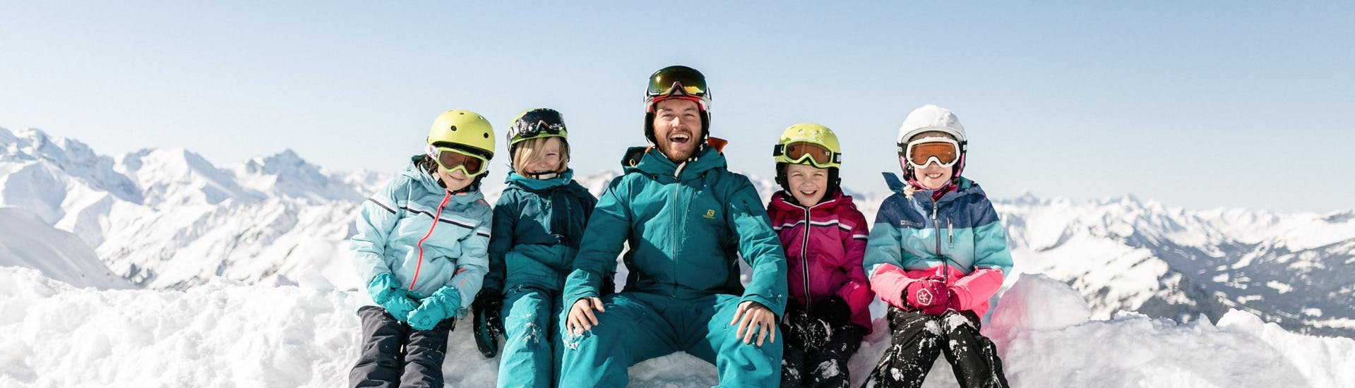 """Children are having great time during the Kids Ski Lessons """"NTC Kids Academy"""" (6 years) - All Levels with their friendly ski instructor from the ski school NTC Skischule Oberstdorf."""