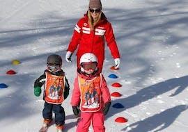 """Deux enfants apprennent à tenir sur leurs skis pendant leur Cours de ski pour Enfants """"Piou-Pou"""" (3-5 ans) avec l'école de ski ESF du Dévoluy."""