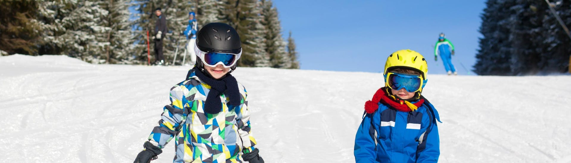2 children having fun during one of the many kids ski lessons in Alto Campoo.