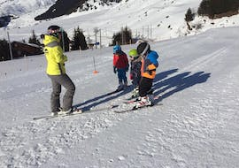 "During the Kids Ski Lessons ""Las Muntanialas"" (4-17 years) with Skischule Monntains, a ski instructor introduces a group of children to the basics of skiing."