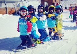 Los niños están aprendiendo a esquiar con juegos en el área seguro del jardín infantil durante sus clases de esquí para niños (3-4 años) - Mañana con la escuela de esquí ESI Ecoloski Barèges.