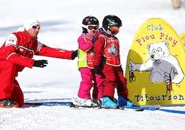 De jeunes enfants font leurs premiers pas sur les skis lors de leur Premier Cours de ski Enfants (3-5 ans) avec l'école de ski ESF Aussois.