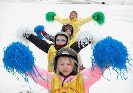 """Kinder spielen mit Pompons im Skikurs für Kinder """"Bambini"""" (3-4 Jahre) - Anfänger"""