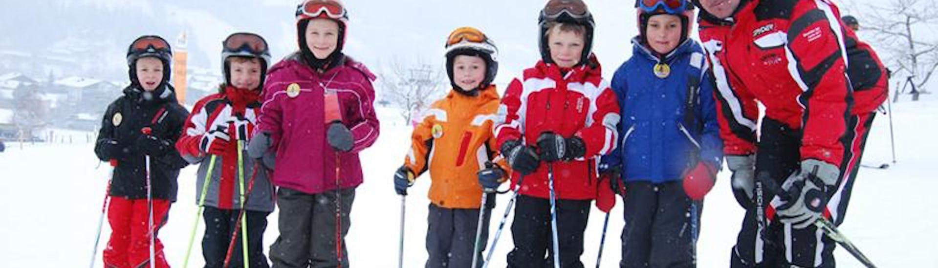 Kinder posieren für das Foto im Skikurs für Kinder (5-15 Jahre) - Anfänger