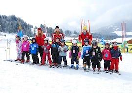 Große Kindergruppe posiert für Foto im Skikurs für Kinder (5-15 Jahre) - Fortgeschritten