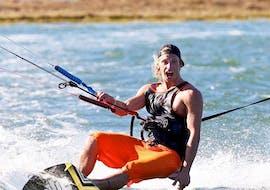 Un homme s'amuse en faisant du kitesurf à Leucate avec CBCM France.