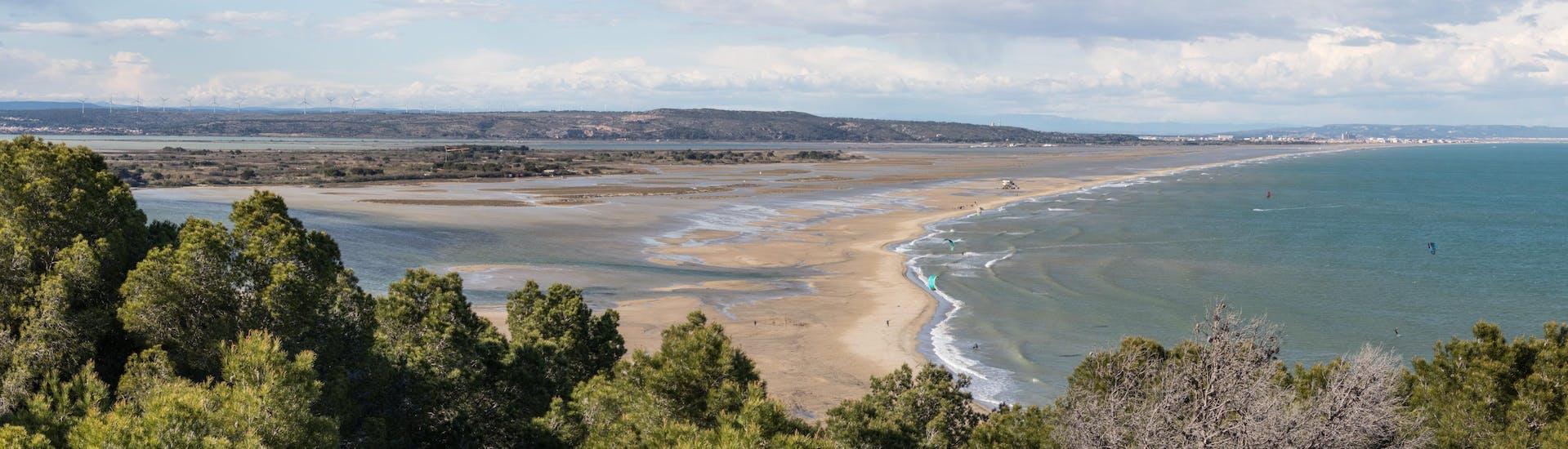 Des amateurs de kitesurf s'entraînent sur l'une des plages de Leucate, l'une des destinations prisées dans le sud de la France.