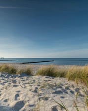 An image of the sandy beach that attracts many people to kitesurfing or windsurfing in Heiligenhafen.