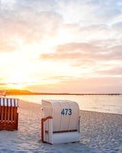 Ein Bild der bekannten Strandkörbe die häufig beim Kitesurfen oder Windsurfen auf Rügen zu sehen sind.