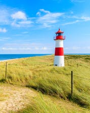 An image of a lighthouse at the beach, as can be seen when kitesurfing or windsurfing on Sylt.