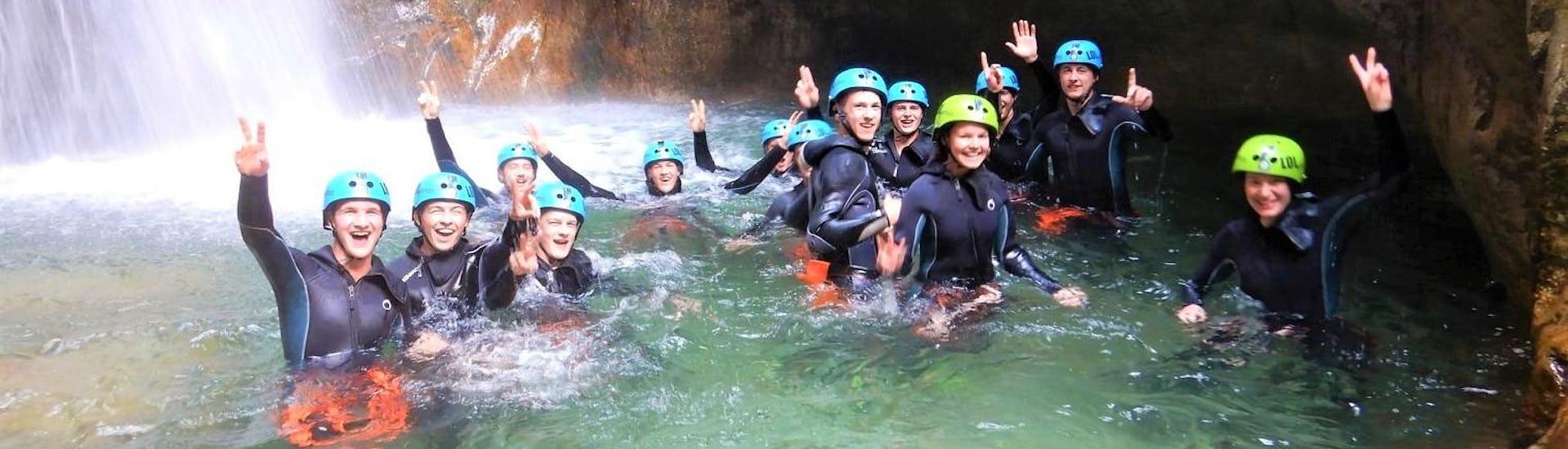 Die Teilnehmer einer Canyoning Tour am Garda See von LOLgarda posieren gemeinsam für ein Gruppenfoto im Wasser.