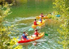Un groupe d'amis en canoë qui font une Location de canoë en Ardèche - 30km - 2 jours avec Bivouac avec Viking Bateaux.