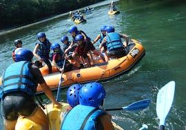 Une famille s'amuse pendant leur activité de Rafting sur le Gave de Pau - Cocktail Eaux Vives avec Ohlala Eaux Vives.