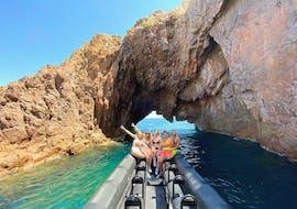 Des personnes s'amusent lors de Location de bateau à Cannes avec Black Tenders.