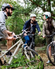 A group of friends enjoying a break on their bikes while mountainbiking.