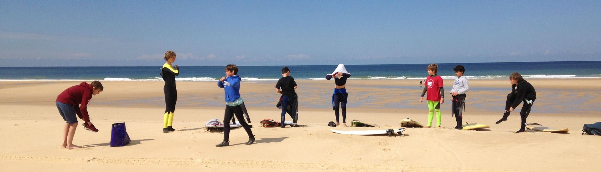 children are having surfing lessons on the sail fish beach in Cap-Ferret with Nomad surf school.
