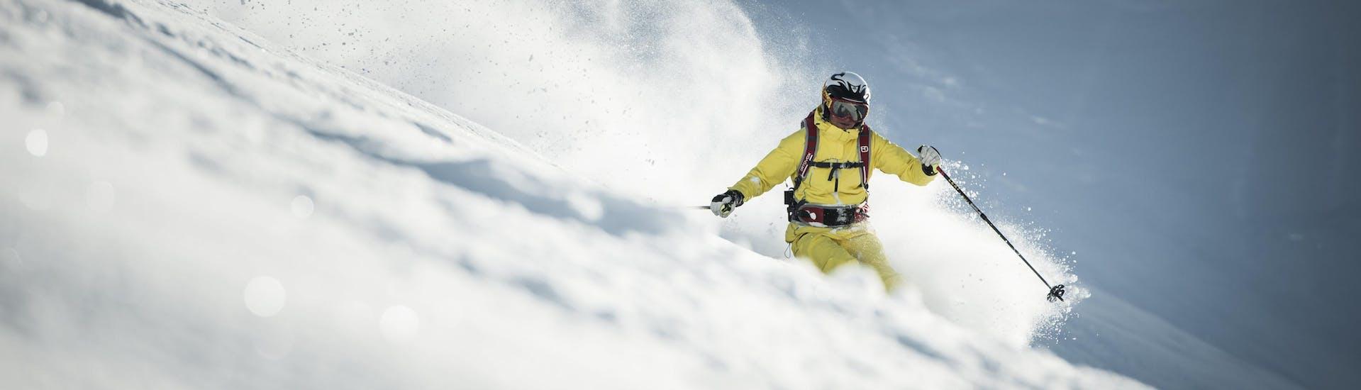 Ein Skifahrer nimmt bei seinem Freeride Kurs in Wolkenstein (Selva di Val Gardena) eine Tiefschneepiste in Angriff.