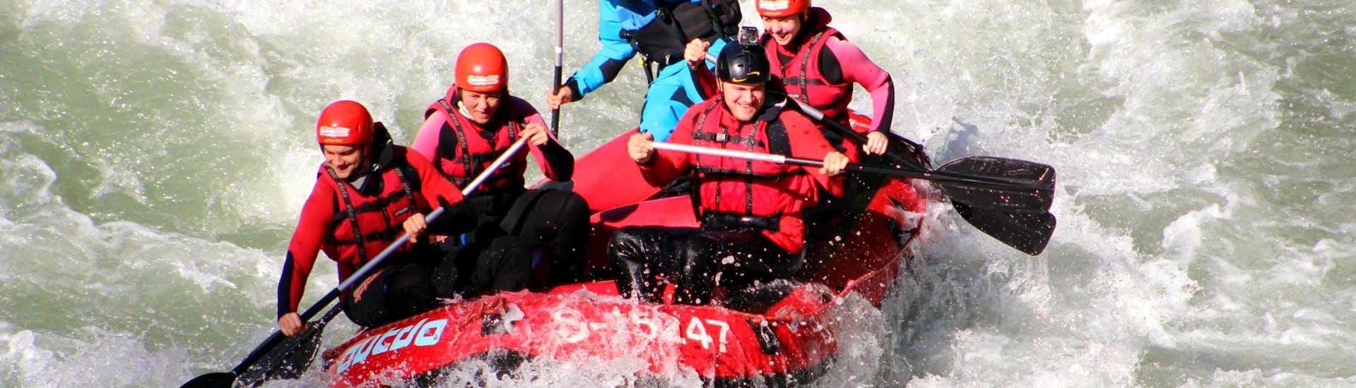 """Die Teilnehmer der Rafting-Tour """"Wild Water"""" bezwingen gemeinsam mit einem erfahrenen Guide von Outdo Zell am See Rafting & Canyoning die hohen Wellen und Stromschnellen der Salzach."""
