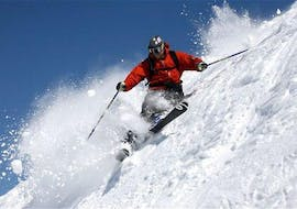 A skier at the private ski lessons for adults for all levels with the Ski School Zell am See Outdo .