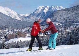 Skilehrer zeigt Schülerin die richtige Körperhaltung