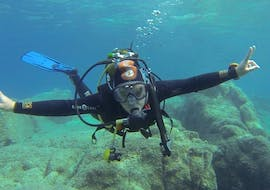 A diver is diving for the first time with his certified instructor during his PADI Discover Scuba Diving in Saint-Raphaël Bay with Dive Is Fun.