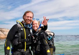 A couple is preparing for theirPADI Open Water Diver Course in Jávea for Beginners together with Four Divers Jávea.