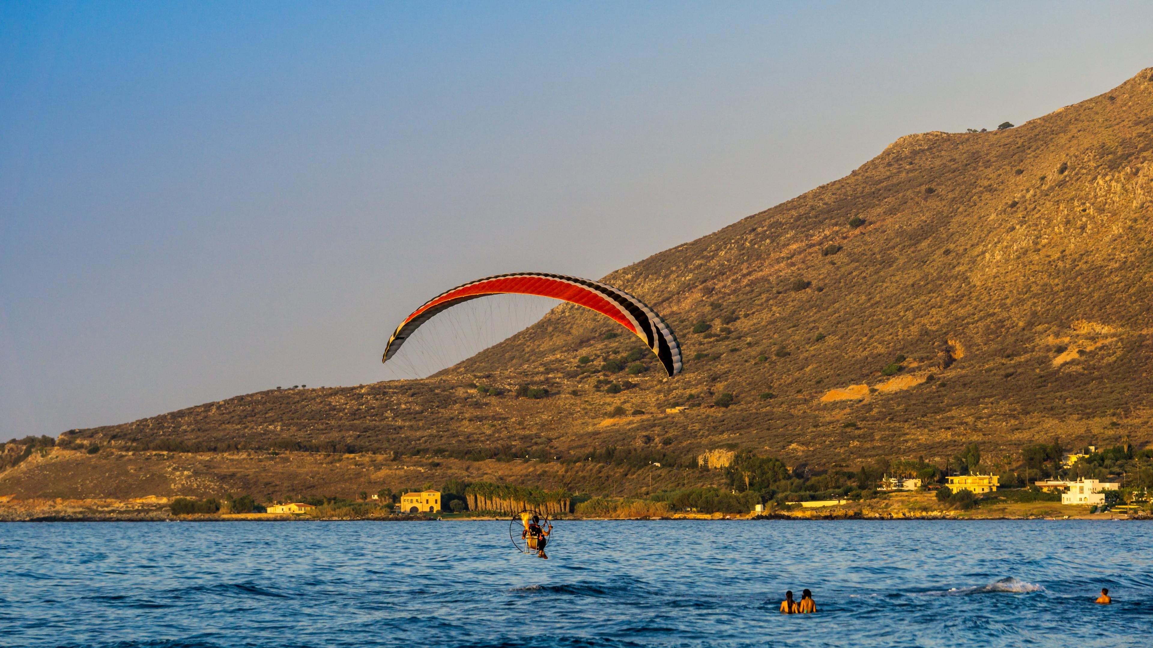 A photo of a landing flight above the greek ocean where you can do paragliding in Kreta.