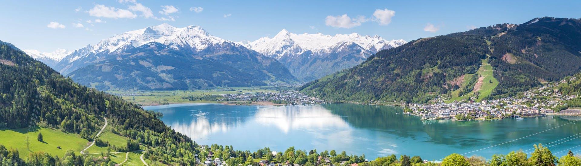 Un parapentiste est émerveillé par le paysage lors d'un vol en parapente biplace dans la célèbre destination de parapente Pinzgau.