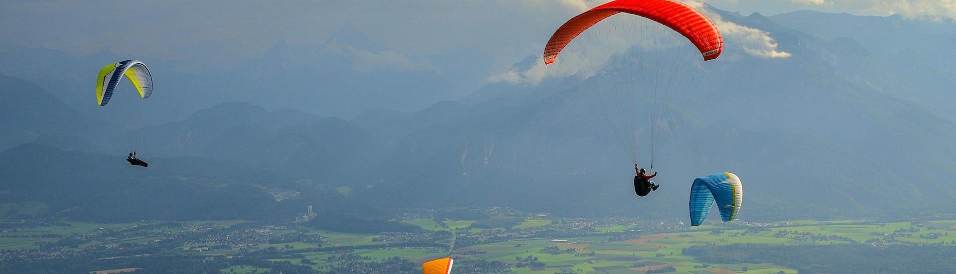 Ein beeindruckter Teilnehmer eines Gleitschirm Tandemflugs über dem Paragliding Hotspot Salzburg Stadt.