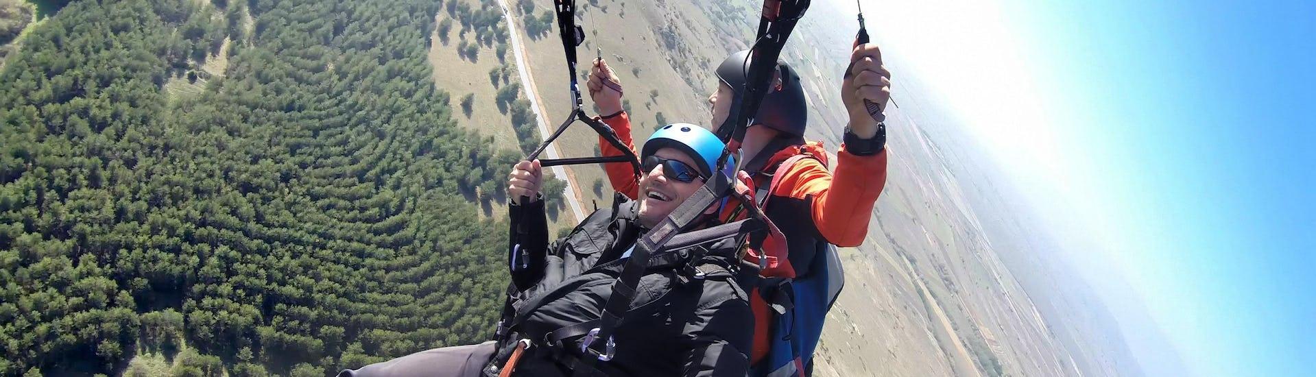 Un parapentiste est émerveillé par le paysage lors d'un vol en parapente biplace dans la célèbre destination de parapente Valais.