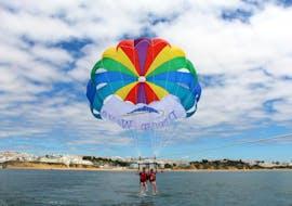 Zwei Kinder genießen ihren Parasailing Flug über der Küste in Albufeira mit dem erfahrenen Team von Dream Waves.
