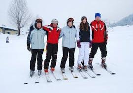 Erwachsene Skigruppe lächelt in die Kamera mit dem Ski Privatlehrer für Erwachsene - Alle Levels