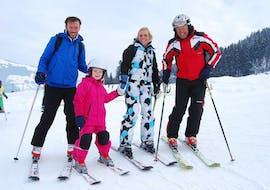 Familie lächelt im Skikurs mit Ski Privatlehrer für Kinder - Alle Levels & Altersgruppen