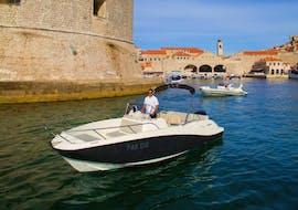 Ein Skipper von Explore Dubrovnik by Boat ist dabei, Touristen an Bord während des Angebotes Private Bootstour (6pax) zu den Elaphiten mit Schnorcheln zu bringen.