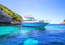 Notre bateau exclusif sur les eaux cristallines de la Sardaigne lors de la balade privée en bateau autour de la Sardaigne et de la Corse avec Maggior Leggero Tour.