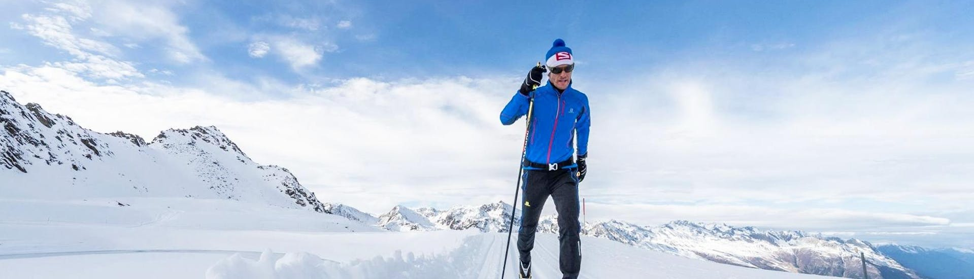 A participant of the Private Cross Country Skiing Lessons for All Levels with Schischule Hochgurgl is gliding through the beautiful winter landscape of the Obergurgl-Hochgurgl ski resort.
