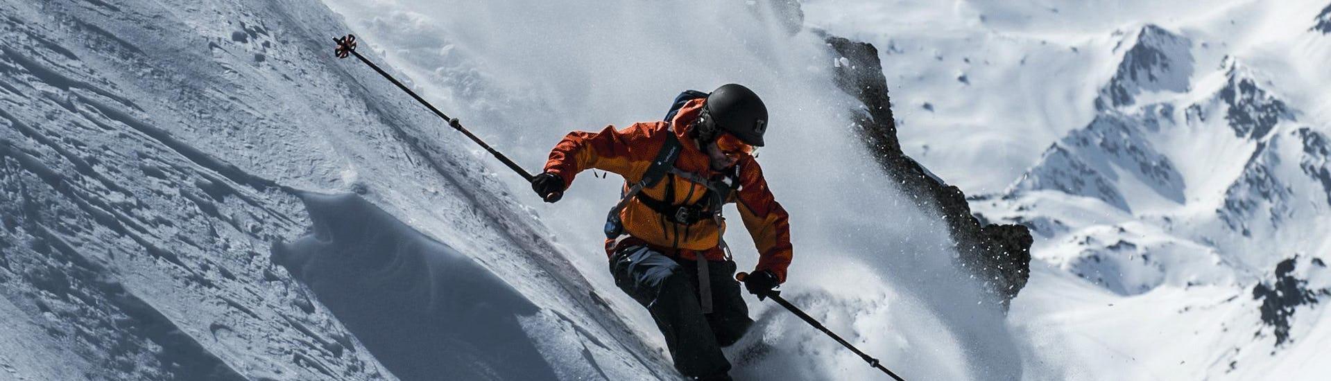 Im Rahmen des Angebots Privater Freeride Kurs - Fortgeschritten der Skischule Alpinist im Skigebiet Sölden in Alpbach, meistert ein Skifahrer den Neuschnee.