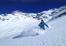 A freerider is enjoying the fresh snow powder during his Private Off-Piste Skiing Lessons for Adults - Advanced with the ski school Snocool Tignes.