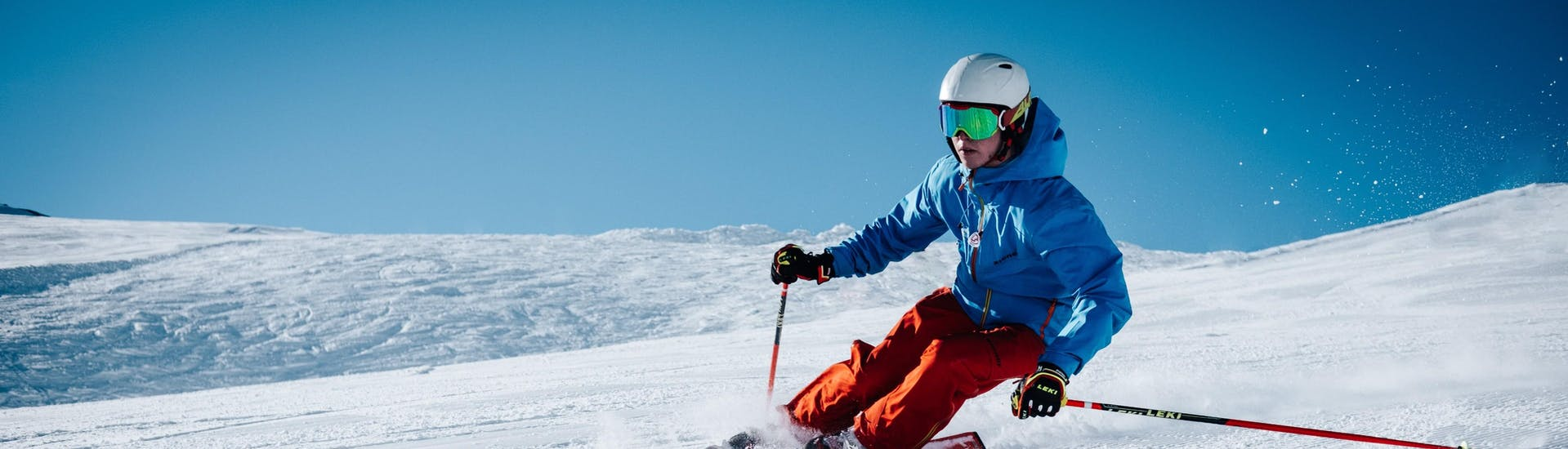 A skier is skiing down a slope with confidence thanks to his Private Ski Lessons for Adults - All Levels with the swiss ski school Charmey.