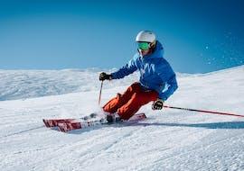 Un skieur descend une piste avec assurance grâce à son Cours particulier de ski pour Adultes - Tous niveaux avec l'école de ski suisse Charmey.