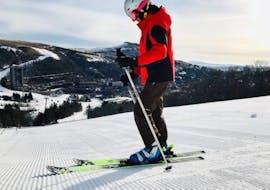 Un skieur se prépare en haut de la piste pour son Cours particulier de ski pour Adultes - Tous niveaux avec l'école de ski Evolution 2 Super Besse.