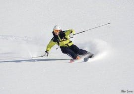A skier is carving down a slope during Private Ski Lessons for Adults of All Levels in High Season with the ski school Prosneige Val Thorens & Les Menuires.