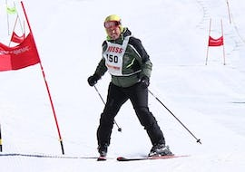 A skier is testing himself on the slopes during the Private Ski Lessons for Adults - All Levels - High Season organized by the ski school Scuola di Sci Verena in the ski resort of Asiago.