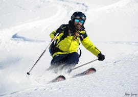 A young man is skiing down a slope during Private Ski Lessons for Adults of All Levels in Low Season with the ski school Prosneige Val Thorens & Les Menuires.