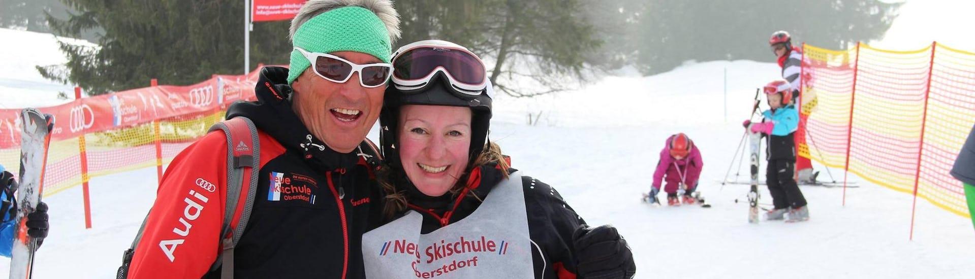 Eine Skifahrerin hat Spaß beim Privater Skikurs für Erwachsene - Alle Levels unter der Aufsicht eines erfahrenen Skilehrers von der Skischule Neue Skischule Oberstdorf.