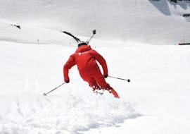 Ein Skifahrer profitiert vom maßgeschneiderten Angebot Privater Skikurs für Erwachsene - Alle Levels und der vollen Aufmerksamkeit seines Skilehrers der Neuen Skischule Oberstdorf.