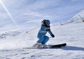 A skier improves her technique in private ski lessons for adults - All levels of the ski and snowboard school Scuola di Sci e Snowboard Prato Nevoso.