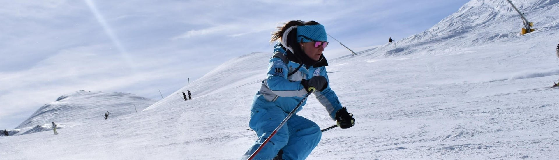 A skier improves her technique in private ski lessons for adults - All levels of the ski and snowboard school Scuola di Sci e Snowboard Prato Nevoso.