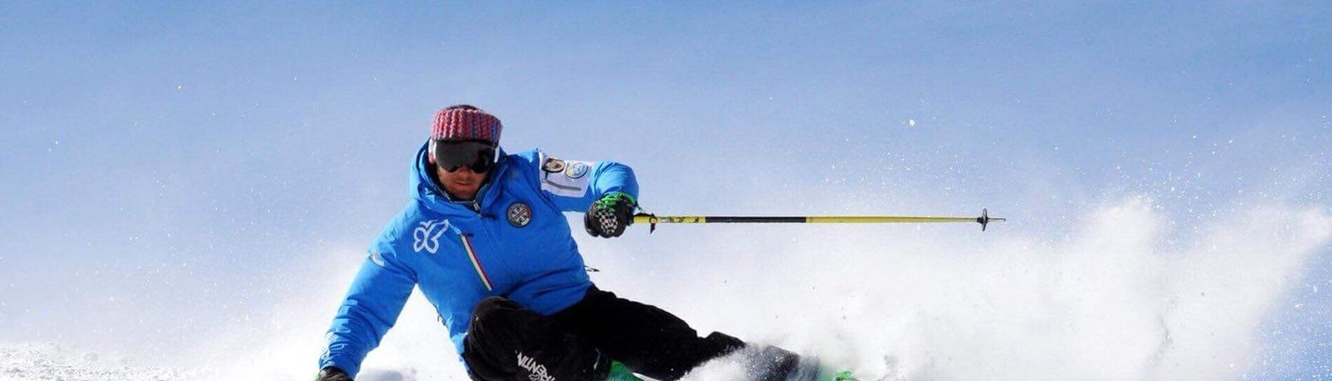 Privater Skikurs für Erwachsene - Alle Levels der Scuola Italiana Sci Azzurra Folgarida finden statt, während der Skilehrer die Übung vorführt.